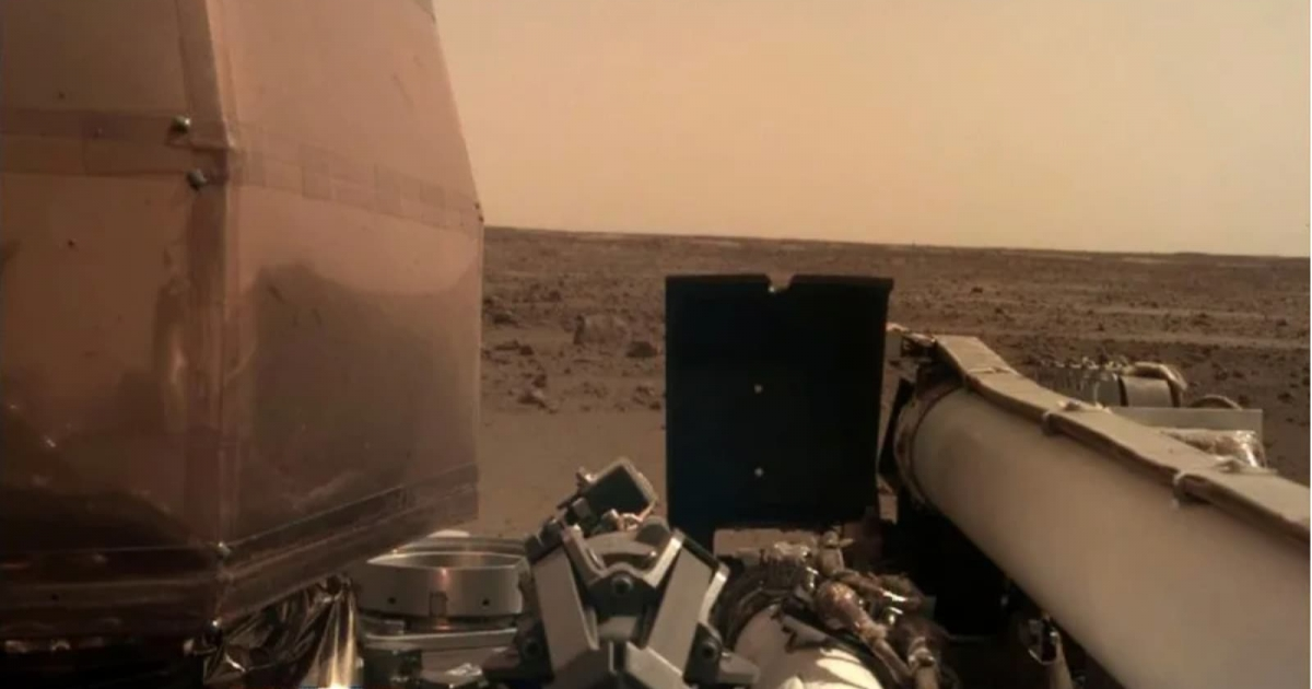NASA's Lander 'InSight' lands on Mars and has sent us two photos