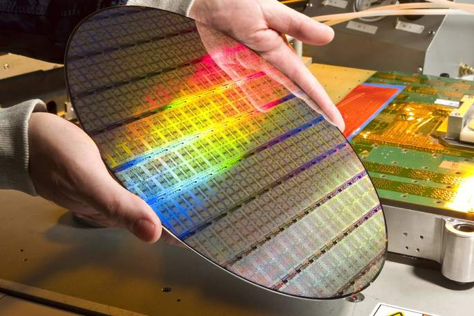 Intel considers asking Samsung and TSMC to help processors